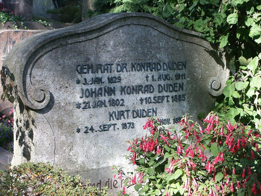 Grabstein von Konrad Duden im Bad Hersfeder Stadtfriedhof